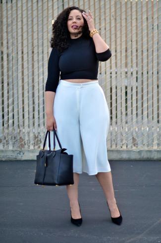 Come indossare e abbinare: maglione corto nero, gonna pantalone bianca, décolleté in pelle scamosciata neri, borsa shopping in pelle nera
