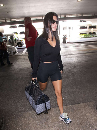 Come indossare: maglione corto nero, pantaloncini ciclisti neri, scarpe sportive multicolori, borsone in pelle stampato nero