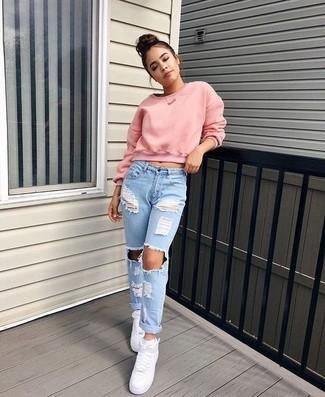 Come indossare: maglione corto rosa, jeans boyfriend strappati azzurri, sneakers alte in pelle bianche