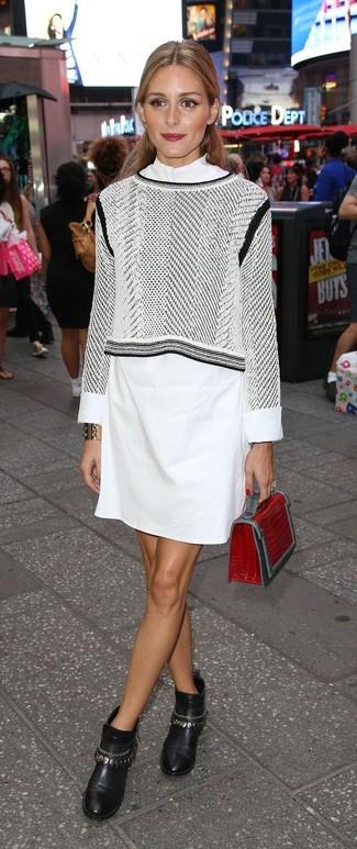 Come indossare: maglione corto stampato grigio, vestito chemisier bianco, stivaletti in pelle decorati neri, pochette in pelle con stampa serpente rossa