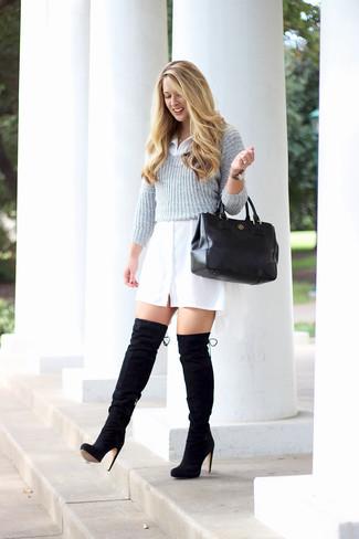 Come indossare: maglione corto grigio, vestito chemisier bianco, stivali sopra il ginocchio in pelle scamosciata neri, borsa shopping in pelle nera