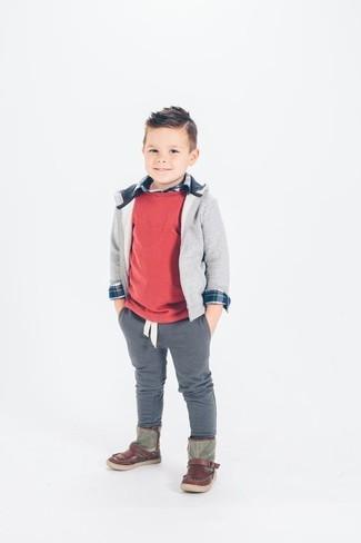 Come indossare e abbinare: maglione rosso, felpa con cappuccio grigia, camicia a maniche lunghe blu scuro, pantaloni grigi