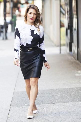 Come indossare e abbinare: maglione girocollo a fiori nero e bianco, gonna a tubino in pelle nera, ballerine in pelle bianche