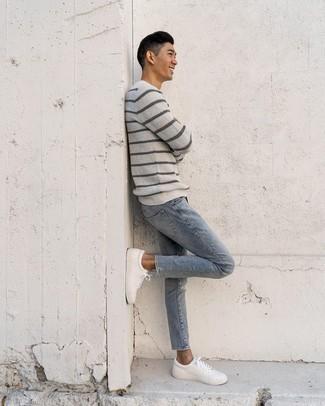 Come indossare e abbinare sneakers basse in pelle bianche: Prova a combinare un maglione girocollo a righe orizzontali grigio con jeans azzurri per un look semplice, da indossare ogni giorno. Sneakers basse in pelle bianche sono una interessante scelta per completare il look.
