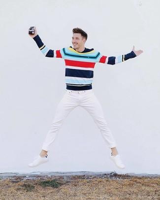 Come indossare: maglione girocollo a righe orizzontali multicolore, jeans bianchi, sneakers basse in pelle bianche