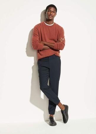 Come indossare e abbinare sneakers basse in pelle nere: Per un outfit quotidiano pieno di carattere e personalità, scegli un outfit composto da un maglione girocollo arancione e chino blu scuro. Se non vuoi essere troppo formale, prova con un paio di sneakers basse in pelle nere.
