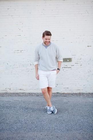 Trend da uomo 2020: Opta per un maglione girocollo azzurro e pantaloncini bianchi per affrontare con facilità la tua giornata. Sneakers basse di tela azzurre sono una splendida scelta per completare il look.