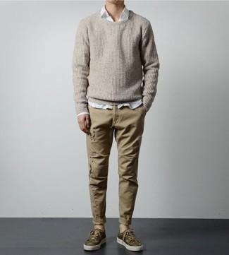 Trend da uomo 2020: Abbina un maglione girocollo beige con chino marrone chiaro per un pranzo domenicale con gli amici. Indossa un paio di sneakers basse mimetiche verde oliva per avere un aspetto più rilassato.