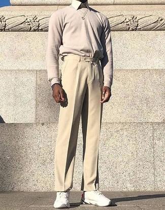Come indossare e abbinare: maglione girocollo beige, camicia elegante beige, pantaloni eleganti beige, scarpe sportive bianche