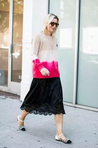 Come indossare: maglione girocollo effetto tie-dye beige, gonna longuette di pizzo nera, ballerine in pelle nere e bianche, occhiali da sole marroni