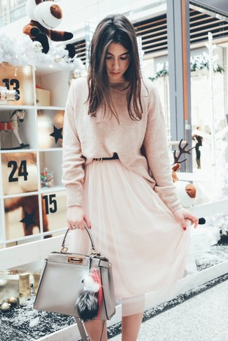 Trend da donna 2020: Vestiti con un maglione girocollo beige e una gonna longuette di chiffon rosa per affrontare con facilità la tua giornata.