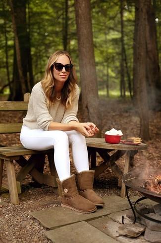 Come indossare e abbinare jeans aderenti bianchi: Prova ad abbinare un maglione girocollo beige con jeans aderenti bianchi per vestirti casual. Vuoi osare? Completa il tuo look con un paio di stivali ugg marroni.