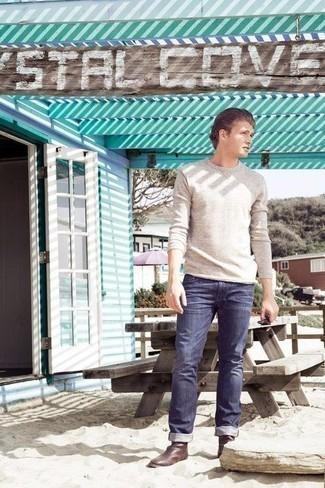 Come indossare e abbinare stivali chelsea in pelle marroni: Potresti combinare un maglione girocollo beige con jeans blu scuro per un look semplice, da indossare ogni giorno. Sfodera il gusto per le calzature di lusso e scegli un paio di stivali chelsea in pelle marroni.