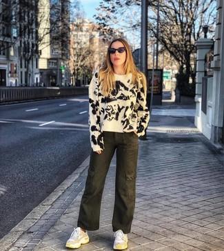 Come indossare e abbinare scarpe sportive bianche: Prova a combinare un maglione girocollo effetto tie-dye bianco e nero con pantaloni larghi di jeans effetto tie-dye verde oliva per un look trendy e alla mano. Prova con un paio di scarpe sportive bianche per avere un aspetto più rilassato.