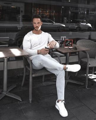 Come indossare e abbinare: maglione girocollo bianco, jeans aderenti azzurri, sneakers basse bianche, bracciale argento