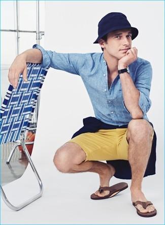 Come indossare e abbinare infradito marroni: Punta su un maglione girocollo blu scuro e pantaloncini gialli per vestirti casual. Scegli un paio di infradito marroni per avere un aspetto più rilassato.