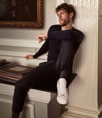 Come indossare e abbinare: maglione girocollo blu scuro, chino neri, sneakers basse in pelle bianche, calzini neri