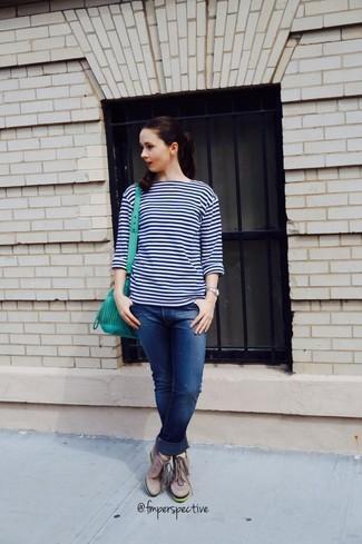 Come indossare e abbinare sneakers con zeppa in pelle grigie: Punta su un maglione girocollo a righe orizzontali blu scuro e bianco e jeans boyfriend blu scuro per un look facile da indossare. Completa questo look con un paio di sneakers con zeppa in pelle grigie.