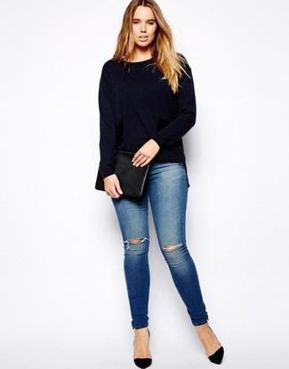 Come indossare e abbinare: maglione girocollo blu scuro, jeans aderenti strappati blu, décolleté in pelle scamosciata neri, pochette in pelle nera