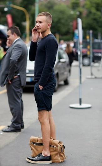 Come indossare e abbinare pantaloncini blu scuro: Per un outfit quotidiano pieno di carattere e personalità, scegli un maglione girocollo blu scuro e pantaloncini blu scuro. Scegli uno stile classico per le calzature e prova con un paio di scarpe brogue in pelle nere.