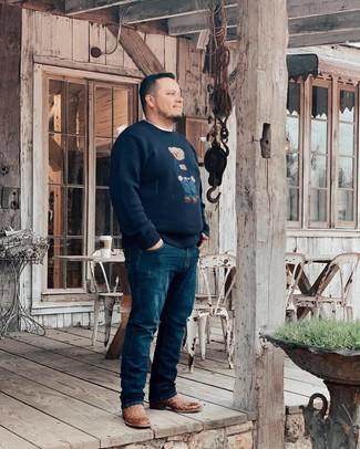 Come indossare e abbinare: maglione girocollo stampato blu scuro, t-shirt girocollo bianca, jeans blu scuro, stivali texani in pelle marroni