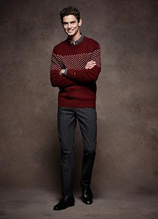 Come indossare e abbinare: maglione girocollo con motivo fair isle bordeaux, camicia a maniche lunghe grigio scuro, pantaloni eleganti scozzesi grigio scuro, scarpe derby in pelle nere
