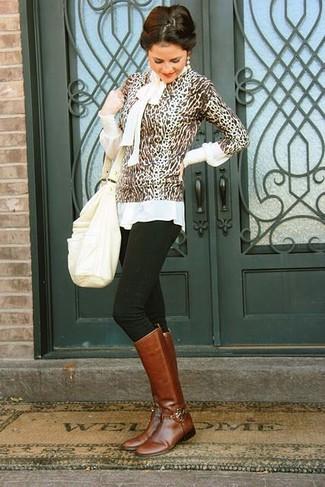 Come indossare e abbinare: maglione girocollo leopardato marrone, camicetta manica lunga bianca, jeans aderenti neri, stivali al ginocchio in pelle marroni