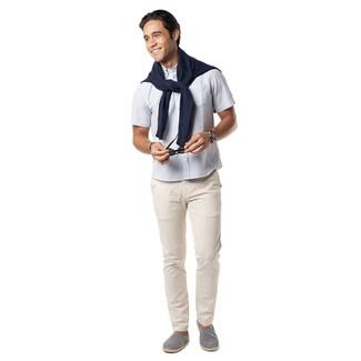 Come indossare e abbinare: maglione girocollo blu scuro, camicia a maniche corte bianca, chino beige, espadrillas di tela blu scuro e bianche