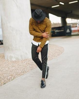 Come indossare e abbinare un maglione girocollo terracotta: Potresti indossare un maglione girocollo terracotta e chino neri per un fantastico look da sfoggiare nel weekend. Mettiti un paio di scarpe derby in pelle nere per mettere in mostra il tuo gusto per le scarpe di alta moda.