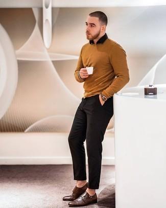 Look alla moda per uomo: Maglione girocollo terracotta, Camicia a maniche corte nera, Chino neri, Scarpe double monk in pelle marrone scuro
