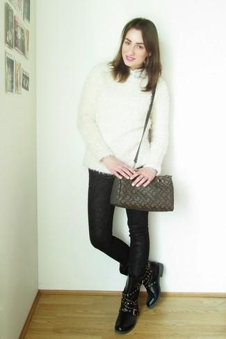 Come indossare e abbinare: maglione girocollo morbido bianco, camicia a maniche corte bianca, jeans aderenti stampati neri, stivali piatti stringati in pelle con borchie neri
