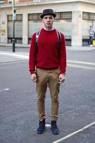 Come indossare e abbinare: maglione girocollo rosso, camicia a maniche lunghe azzurra, chino marrone chiaro, stivali casual in pelle scamosciata blu scuro