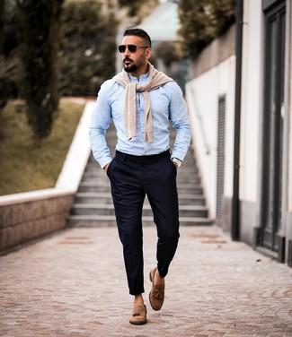 Come indossare e abbinare: maglione girocollo beige, camicia a maniche lunghe azzurra, chino blu scuro, mocassini con nappine in pelle scamosciata marroni