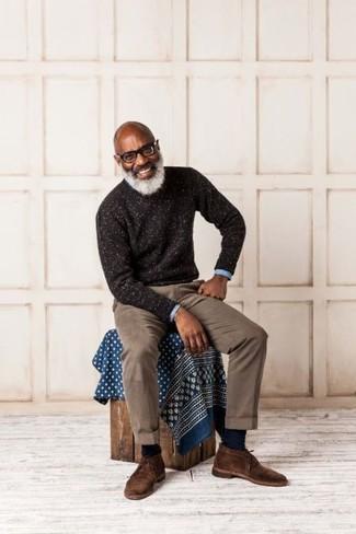 Come indossare e abbinare: maglione girocollo marrone scuro, camicia a maniche lunghe azzurra, chino marroni, chukka in pelle scamosciata marrone scuro