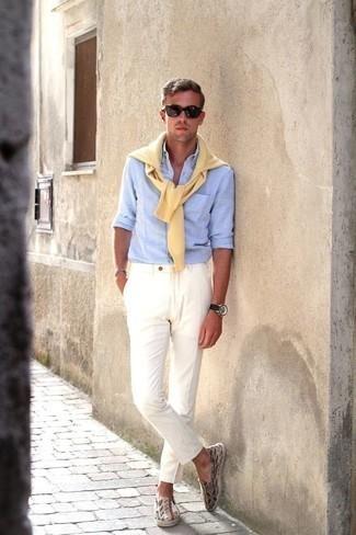 Come indossare e abbinare un maglione girocollo giallo: Abbina un maglione girocollo giallo con chino bianchi per vestirti casual. Perfeziona questo look con un paio di espadrillas di tela multicolori.