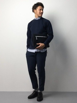 Come indossare e abbinare una pochette di tela nera: Abbina un maglione girocollo blu scuro con una pochette di tela nera per un'atmosfera casual-cool. Sfodera il gusto per le calzature di lusso e calza un paio di scarpe derby in pelle nere.