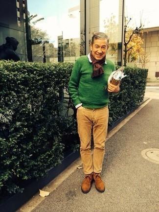 Come indossare e abbinare un maglione girocollo verde: Abbina un maglione girocollo verde con chino marrone chiaro per vestirti casual. Ispirati all'eleganza di Luca Argentero e completa il tuo look con un paio di chukka in pelle scamosciata terracotta.