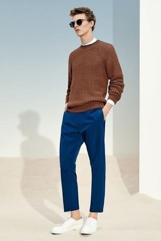 Come indossare e abbinare un maglione girocollo marrone: Scegli un maglione girocollo marrone e chino blu per un look spensierato e alla moda. Mettiti un paio di sneakers basse di tela bianche per un tocco più rilassato.
