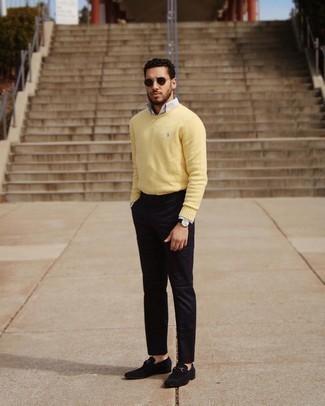 Trend da uomo 2021: Per un outfit quotidiano pieno di carattere e personalità, abbina un maglione girocollo giallo con chino neri. Per le calzature, scegli lo stile classico con un paio di mocassini eleganti in pelle scamosciata neri.