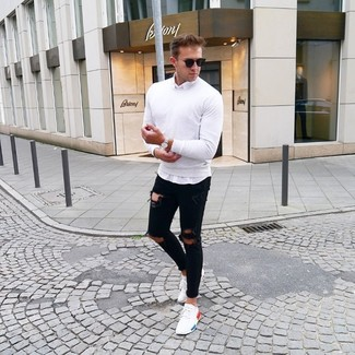 Come indossare e abbinare: maglione girocollo bianco, camicia a maniche lunghe bianca, jeans aderenti strappati neri, sneakers basse bianche