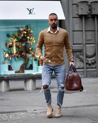Come indossare e abbinare un borsone in pelle marrone: Indossa un maglione girocollo marrone chiaro con un borsone in pelle marrone per un'atmosfera casual-cool. Impreziosisci il tuo outfit con un paio di stivali chelsea in pelle scamosciata beige.