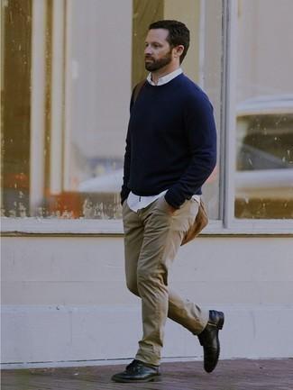 Come indossare e abbinare stivali casual in pelle neri: Punta su un maglione girocollo blu scuro e jeans beige per un look semplice, da indossare ogni giorno. Calza un paio di stivali casual in pelle neri per un tocco virile.