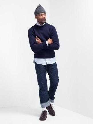 Trend da uomo 2020 in primavera 2020: Scegli un outfit composto da un maglione girocollo blu scuro e jeans blu scuro per vestirti casual. Lascia uscire il Riccardo Scamarcio che è in te e calza un paio di scarpe derby in pelle marrone scuro per dare un tocco di classe al tuo look. È buona scelta per tuo look primaverile!