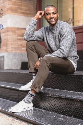 Come indossare e abbinare calzini di lana grigi: Un maglione girocollo grigio e calzini di lana grigi trasmettono una sensazione di semplicità e spensieratezza. Calza un paio di sneakers basse di tela bianche per dare un tocco classico al completo.