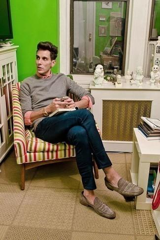 Trend da uomo 2020: Scegli un maglione girocollo grigio e jeans blu scuro per un fantastico look da sfoggiare nel weekend. Sfodera il gusto per le calzature di lusso e calza un paio di mocassini eleganti in pelle scamosciata marroni.