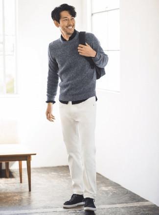 Come indossare e abbinare una camicia a maniche lunghe nera: Prova a combinare una camicia a maniche lunghe nera con jeans bianchi per un look semplice, da indossare ogni giorno. Sneakers basse di tela nere sono una gradevolissima scelta per completare il look.