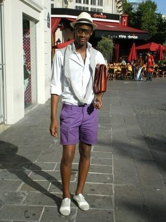 Come indossare e abbinare: maglione girocollo grigio, camicia a maniche lunghe bianca, pantaloncini viola, scarpe oxford in pelle scamosciata grigie