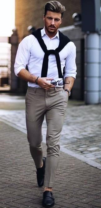 Come indossare e abbinare: maglione girocollo nero, camicia a maniche lunghe bianca, pantaloni eleganti grigi, scarpe double monk in pelle nere