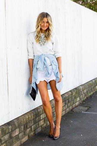 Come indossare e abbinare: maglione girocollo bianco, camicia di jeans azzurra, pantaloncini bianchi, décolleté in pelle a righe orizzontali bianchi e neri
