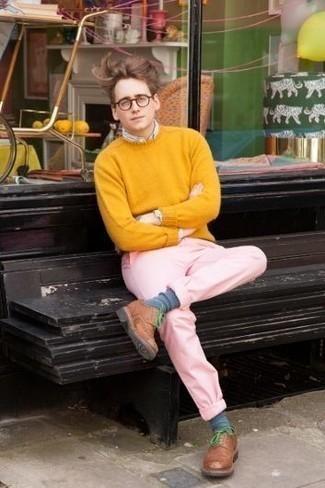 Come indossare e abbinare un maglione girocollo senape: Indossa un maglione girocollo senape con chino rosa per un look semplice, da indossare ogni giorno. Scegli uno stile classico per le calzature e mettiti un paio di scarpe derby in pelle marroni.